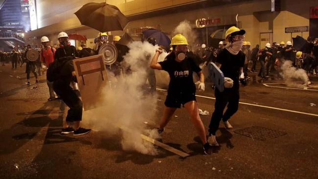 Kerusuhan dalam unjuk rasa di Hong Kong seolah menjadi lazim yang diawali dengan aksi menentang pembahasan RUU Ekstradisi. (REUTERS/Edgar Su)