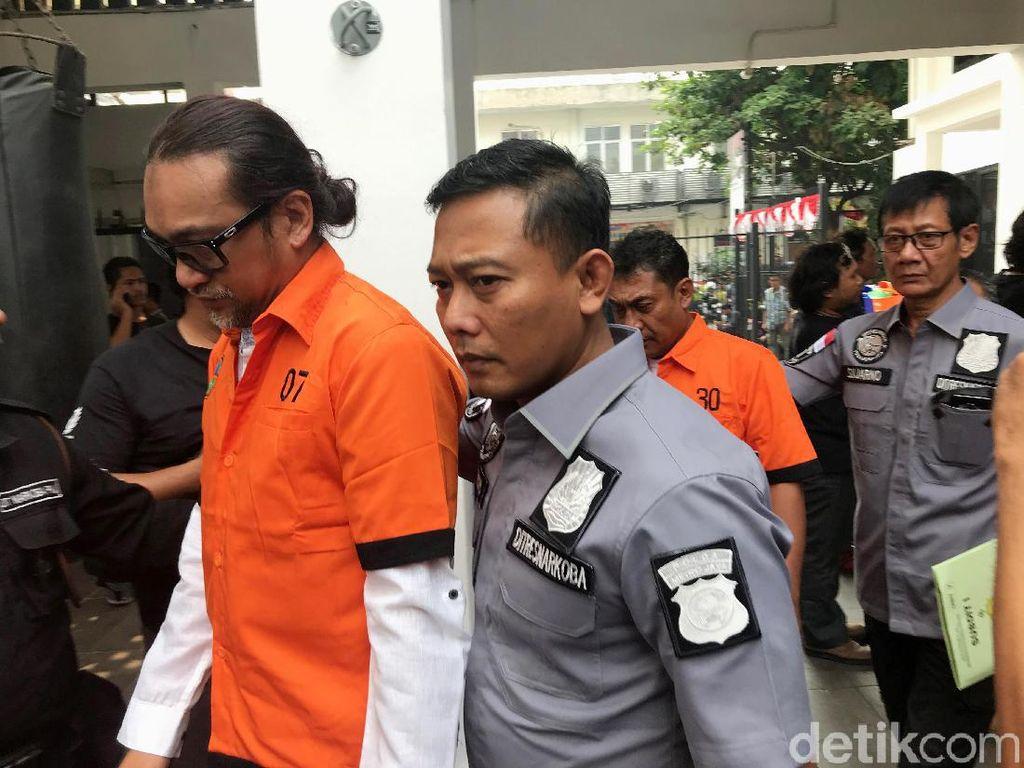 Tampak Jan Sambiran, suami dari Nunung tiba terlebih dahulu dengan mengenakan baju tahanan.