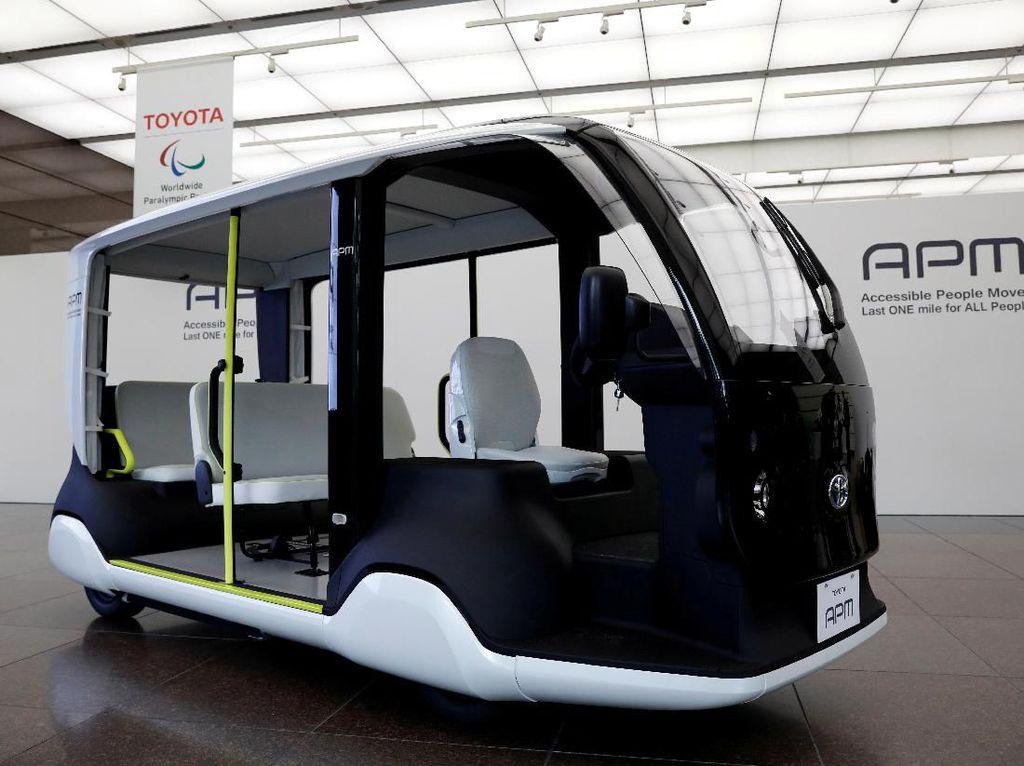 Selain itu, ada pula mobil listrik milik Toyota yang akan membantu penyelenggaraan pesta olahraga internasional tersebut. Mobil listrik ini memiliki kecepatan hingga 20 km per jam dan dapat menampung hingga lima penumpang dalam satu kali perjalanan.