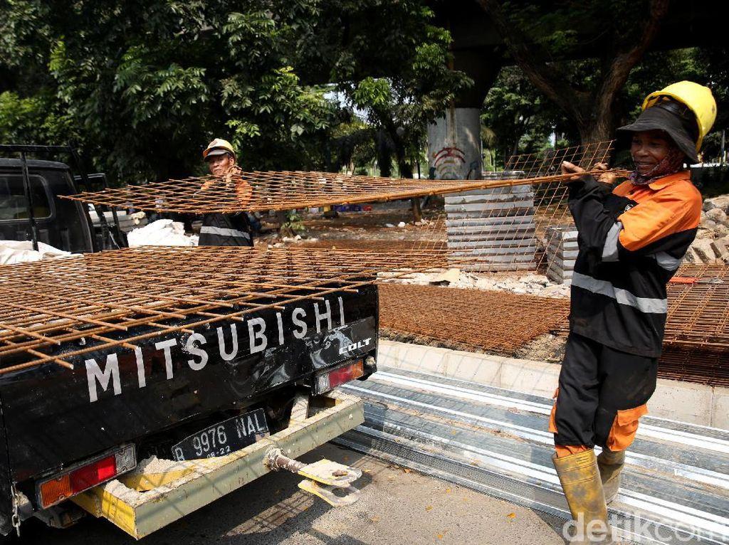 Meski begitu ada pula sejumlah tokoh yang mendukung proyek revitalisasi trotoar di Cikini tersebut. Salah satunya adalah Pakar tata kota Universitas Trisakti, Yayat Supriatna, yang mendukung proyek pelebaran trotoar di kawasan Cikini, Jakarta Pusat. Yayat menjelaskan dalam konteks sosiologi, pelayanan terhadap pejalan kaki adalah nomor satu.