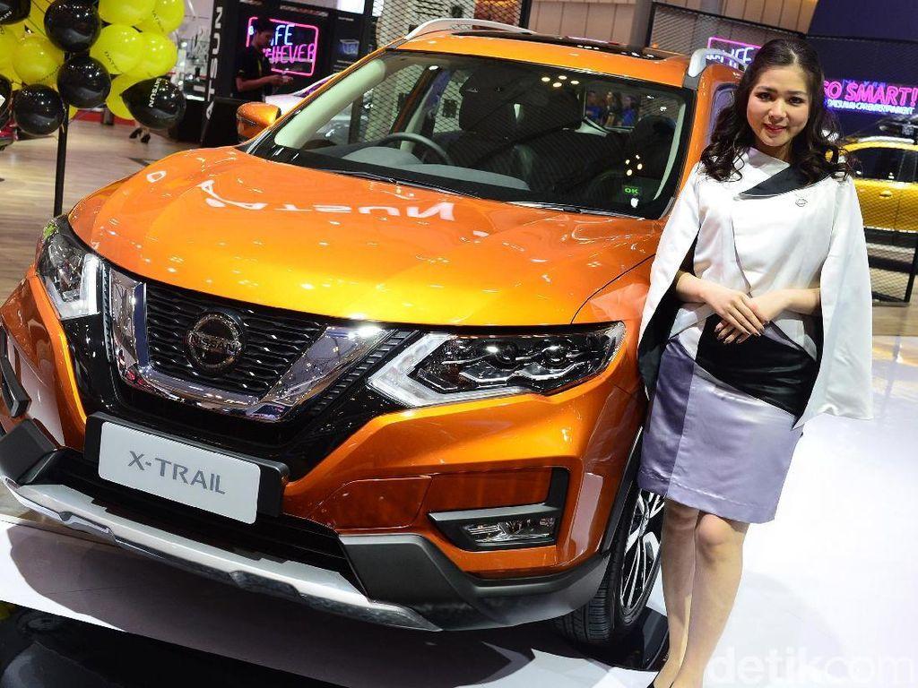 Model berpose di depan mobil Nissan X Trail pada pameran otomotif Gaikindo Indonesia International Auto Show (GIIAS) ke-27 tahun 2019 di ICE BSD, Tangerang, Banten, Senin (22 /7/2019).