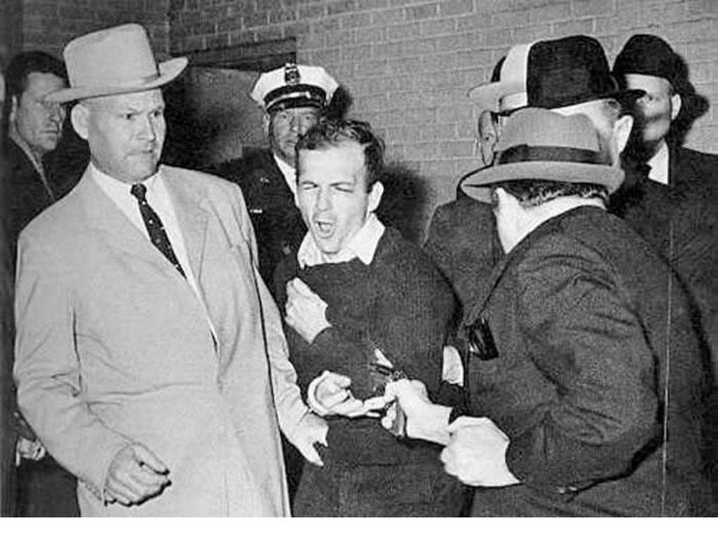 The Shooting Of Lee Harvey Oswald (1963) karya Robert Jackson dijepret memakai kamera Nikon S3. Foto: Bored Panda