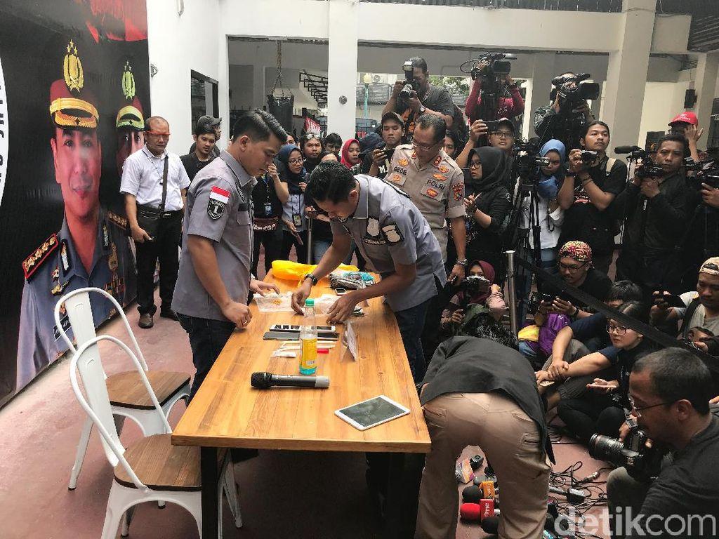 Polisi menggelar jumpa pers atas penangkapan Nunung dan sang suami di Polda Metro Jaya pada Senin (22/7).