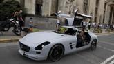 Mobil sport bertenaga 'dengkul' ini menyita perhatian warga setempat. (REUTERS/Kacper Pempel)