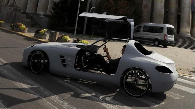 Kedua pintu gullwing yang menjadi ciri khas Mercedes SLS AMG masih berfungsi normal. (REUTERS/Kacper Pempel)