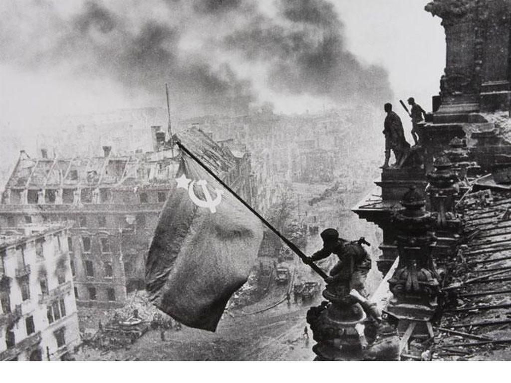 Raising A Flag Over The Reichstag (1945) karya Yevgeny Khaldei dipotret menggunakan kamera Leica Iii Foto: Bored Panda