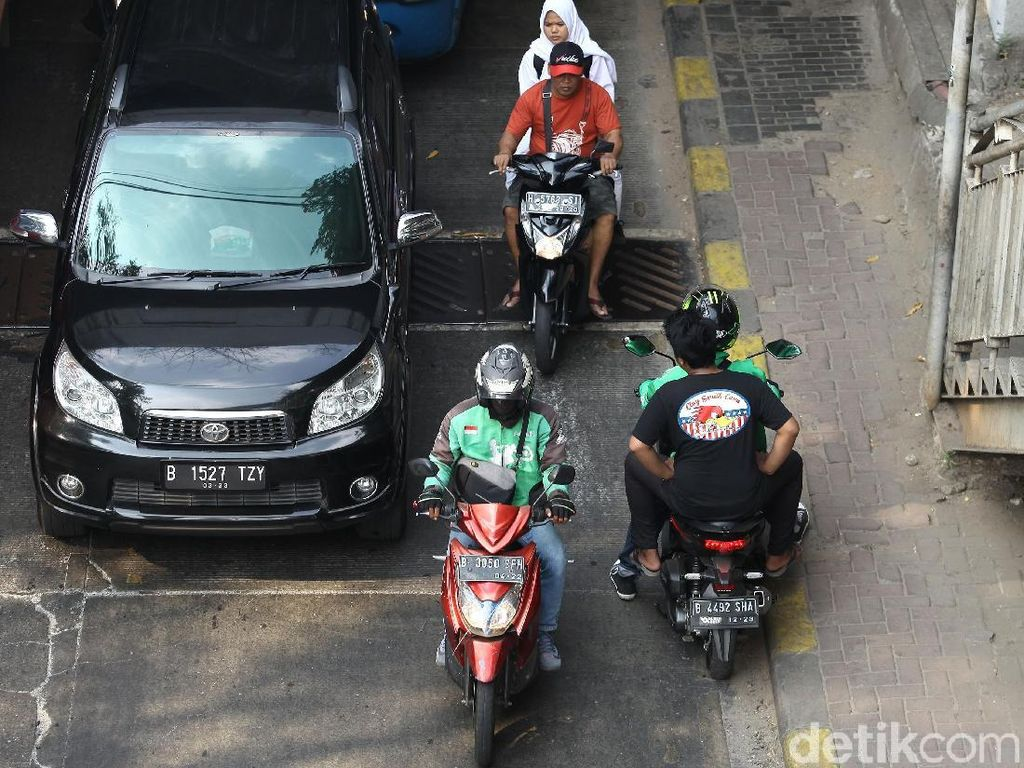 Bahaya! Pemotor Nekat Lawan Arah di Manggarai
