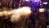 Polisi lantas bertindak keras dengan melepaskan tembakan peluru karet dan gas air mata untuk membubarkan massa. (REUTERS/Edgar Su)