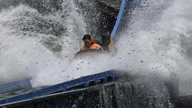 Pasukan Oranyenaik wahana permainan 'basah-basahan' di Dufan. (Antara Foto/ Wahyu Putro A)