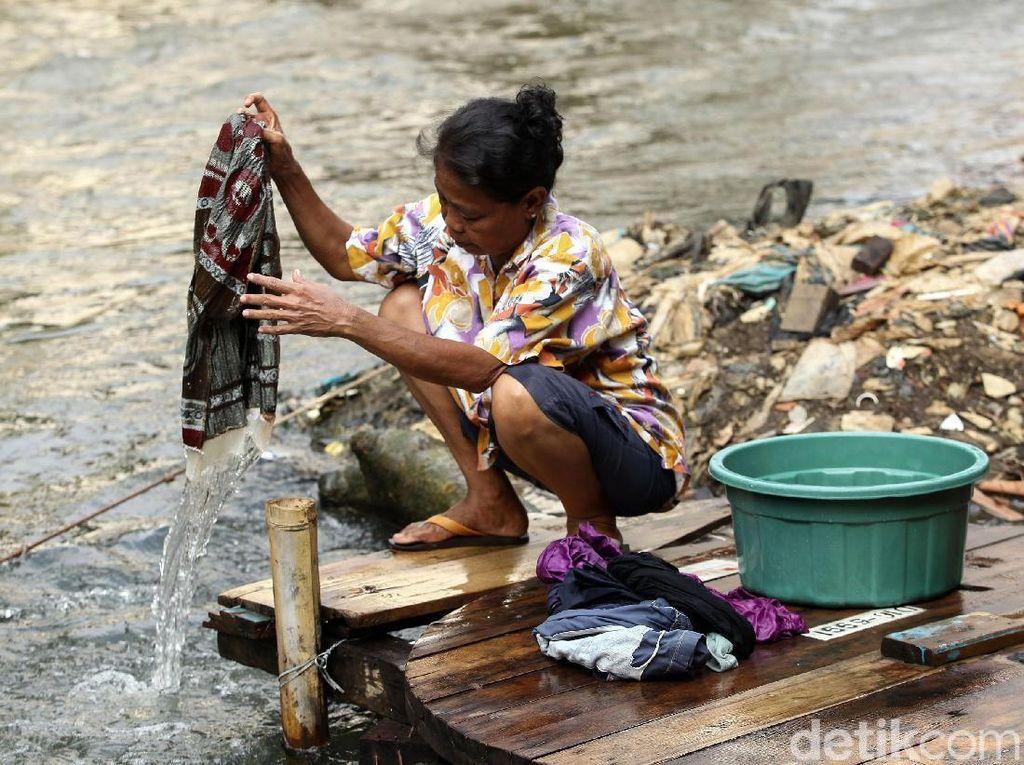 Meski di pinggiran sungai nampak sampah berserakan, warga tetap memilih mencuci di pinggir Sungai Ciliwung.