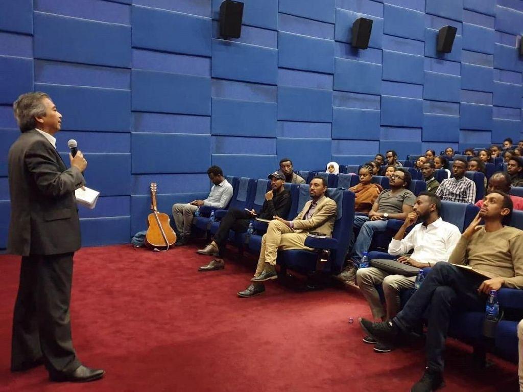 Di acara tersebut Dubes Al Busyra Basnur menyampaikan pidato inspiratif dihadapan para anak muda Ethiopia. Istimewa/Dok. Dubes RI di Ethiopia.