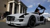Seorang penggemar otomotif Andrzej Burek membangun supercar impiannya yaitu Mercedes SLS AMG. Bedanya mobil ini tidak punya mesin berukuran besar, namun tersimpan sistem mekanis sepeda kayuh. (REUTERS/Kacper Pempel)