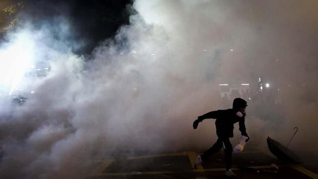 Penyerangan demonstran oleh massa tidak dikenal juga terjadi lima tahun lalu, saat ratusan ribu rakyat Hong Kong menduduki jalanan selama beberapa bulan, yang dikenal dengan 'Gerakan Payung'. (REUTERS/Tyrone Siu)