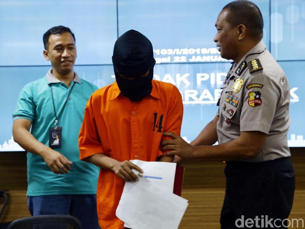 Bareskrim Polri menangkap pelaku pencabulan terhadap anak lewat media sosial (grooming). Tersangka berinisial TR (25), yang merupakan seorang narapidana di Surabaya, menggunakan akun palsu untuk mendapatkan foto atau video korbannya, Senin (22/7/2019).