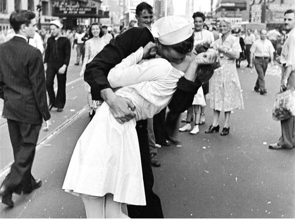 V-J Day In Times Square (1945) karya Alfred Eisenstaedt mengunakan kamera Leica Iiia Foto: Bored Panda