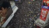 Massa demonstran Hong Kong kembali menutup kawasan pusat kota dan membuat kegiatan di akhir pekan lumpuh. Sudah enam pekan gelombang unjuk rasa membuat wilayah bekas jajahan Inggris itu bergolak. (REUTERS/Tyrone Siu)