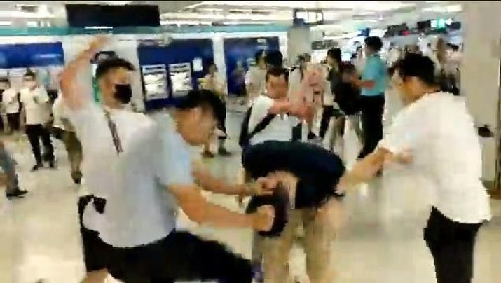 Sekelompok orang tak dikenal berbaju putih bersenjatakan tongkat kayu dan besi menyerang massa pengunjuk rasa yang berpakaian hitam