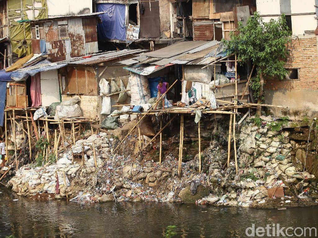 Nampak sejumlah rumah semi permanen milik warga berjejer di pinggiran Sungai Ciliwung yang mengalir dari Bogor hingga Jakarta tersebut.