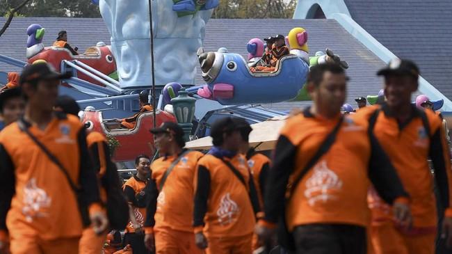Dengan mengenakan seragam, ratusanPetugas Oranyeterlihat bersemangat menikmati sejumlah wahana permainan yang ada di Dufan. (Antara Foto/ Wahyu Putro A)