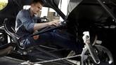 Bagian dasbor, kursi dan fitur-fitur mewah pada mobil tidak tampak di dalam kabin. Yang terlihat cuma sistem mekanis sepeda kayuh. (REUTERS/Kacper Pempel)