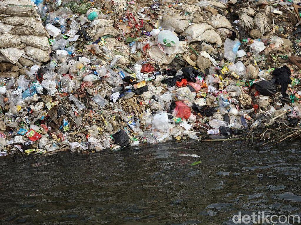 Kondisi air Sungai Ciliwung yang mulai surut membuat sejumlah sampah di pinggiran sungai nampak terlihat.