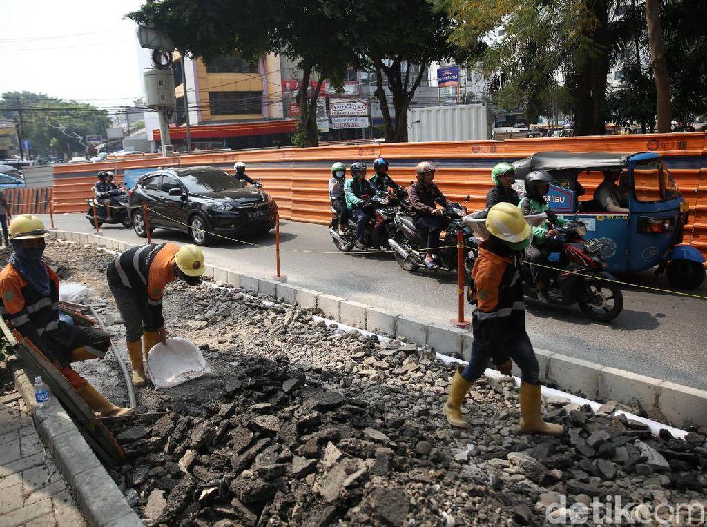 Pemprov DKI Jakarta tengah gencar melakukan revitalisasi trotoar di sejumlah tempat. Salah satunya yang masih berlangsung adalah revitalisasi trotoar di Jalan Cikini Raya.