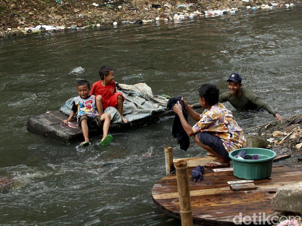 Hiruk Pikuk Aktivitas Warga di Tepian Sungai Ciliwung