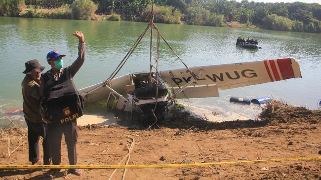 Pesawat Cessna jatuh di Sungai Cimanuk KabupatenIndramayu, Jawa Barat, Senin (22/7). Pesawat itu berisi dua orang awak pesawat.(ANTARA FOTO/Dedhez Anggara/aww).