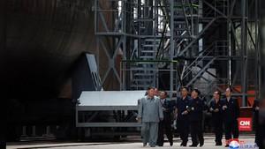 VIDEO: Kim Jong-un Sidak Proyek Kapal Selam Korut