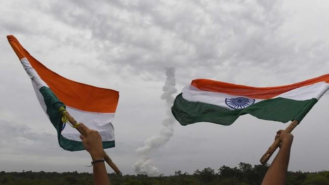 India akan menjadi negara keempat setelah AS, China, dan Uni Soviet untuk misi ke Bulan.(Photo by ARUN SANKAR / AFP)