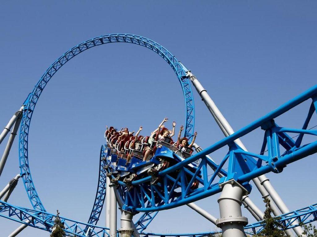 Naik Roller Coaster, Wanita Ini 'Terbang' & Jatuh ke Tanah
