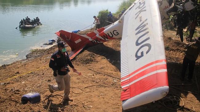Usai diangkat dari dasar sungai, badanpesawat akan dibawa oleh Komite Nasional Keselamatan Transportasi (KNKT) untuk kepentingan penyelidikan tentang penyebab kecelakaan tersebut. (ANTARA FOTO/Dedhez Anggara/aww).