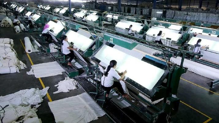 Fitch Ratings, kembali menurunkan peringkat utang PT Delta Merlin Dunia Textile atau DMDT, anak usaha Grup Duniatex.