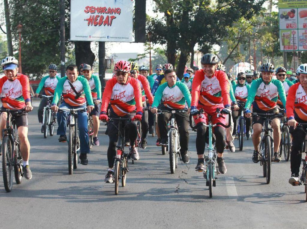 Gubernur Jateng Ganjar Pranowo (ketiga kanan), Ketua Dewan Komisioner OJK Wimboh Santoso (ketiga kiri), Deputi Komisioner Pengawas Perbankan 1 dan 2, Boedi Armanto (kiri) dan Kepala Eksekutif Pengawas Perbankan Heru Kristiyana (kanan) bersepeda bersama sebelum menyerahkan bantuan OJK untuk 10 UMKM di Semarang, Jateng, Minggu (21/7/2019). Foto: Antara FOTO