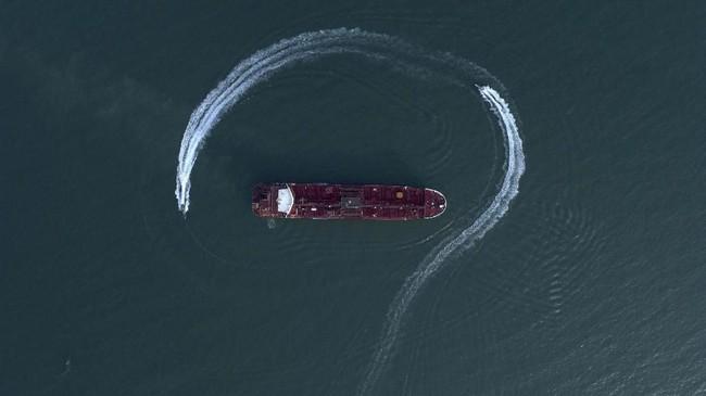 Pemilik tanker itu juga mengklaim kapal mereka tengah berada di perairan internasional saat ditangkap. Selat Hormuz merupakan jalur yang dilalui kapal-kapal yang mengangkut sepertiga suplai minyak mentah dunia. (Morteza Akhoondi/Tasnim News Agency via AP)