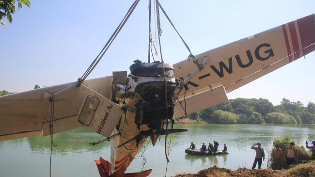Petugas gabungan berhasil mengangkat badan pesawat Cessna 172 dengan nomor registrasi PK-WUG dari dasar sungai. (ANTARA FOTO/Dedhez Anggara/aww).