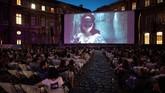 Di Prancis, musim panas selalu disambut gembira. Salah satu sebabnya, warga setempat bisa menonton film di tempat terbuka. (PHILIPPE LOPEZ / AFP)