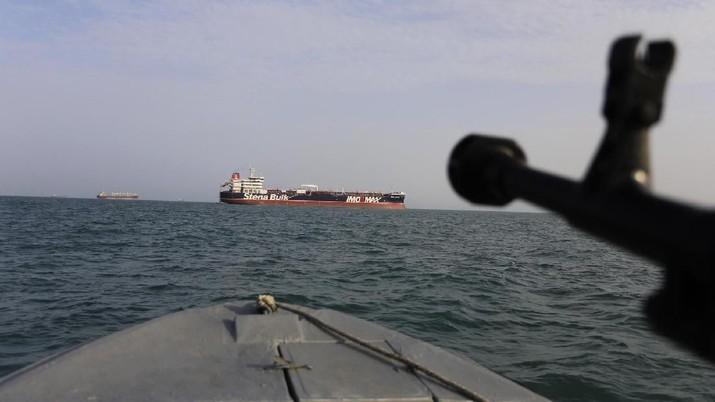 Sebuah kapal perang Angkatan Laut Amerika Serikat (AS) menyita senjata yang diyakini sebagai milik Iran di Laut Arab.