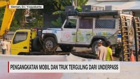 VIDEO: Pengangkatan Mobil & Truk Terguling dari Underpass