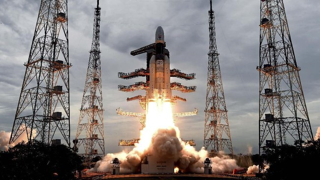 Roket ini membawa 13 muatan berisi orbiter, lander, dan rover yang dikembangkan oleh ISRO dengan bobot total seberat 3,8 ton.(Indian Space Research Organization via AP)