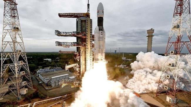 Saat mendarat, lander bernama Vikram akan berpisah dari kapal utama dan akan mendarat di dekat kutub selatan Bulan. (Indian Space Research Organisation/Handout via REUTERS)