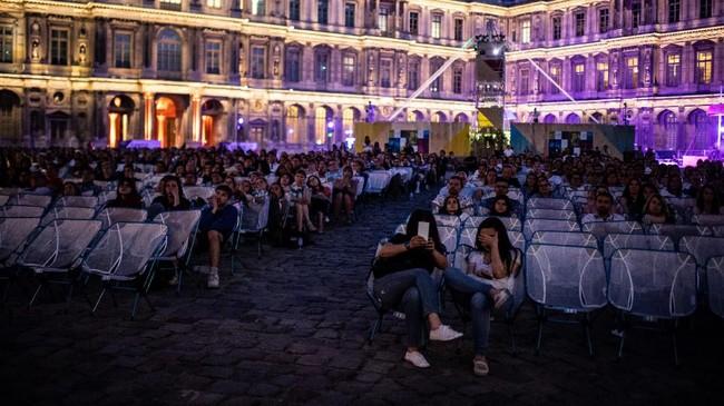 Bioskop terbuka ini bernama Cinéma en plein air at La Villette. Pada dasarnya, konsepnya serupa dengan layar tancap di Indonesia. (Martin BUREAU / AFP)