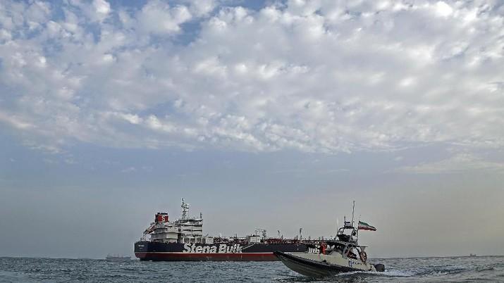 Kapal Tanker Iran Diserang Rudal, Harga Minyak Naik 2%