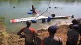 Petugas mengevakuasi pesawat latih jenis Cessna yang jatuh di Sungai Cimanuk, Indramayu, Jawa Barat, Selasa (23/7). (ANTARA FOTO/Dedhez Anggara/aww).