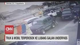 VIDEO: Truk & Mobil Terperosok Ke Lubang Galian Underpass