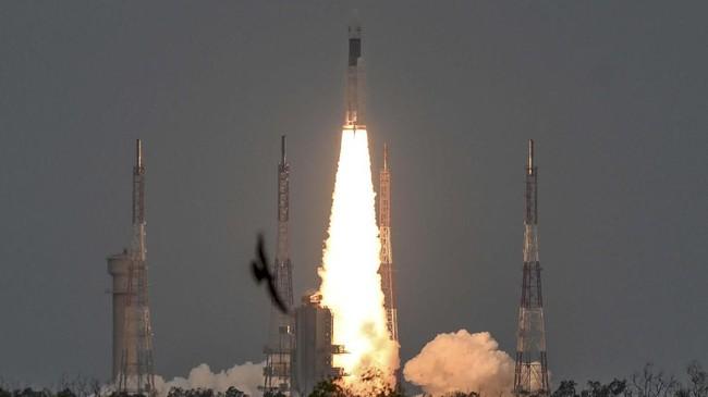 Rover bernama Pragyan (berarti kebijaksanaan dalam bahasa Sansekerta) akan berjalan memutari Bulan selama satu hari (setara dengan 14 hari di Bumi).(Photo by ARUN SANKAR / AFP)