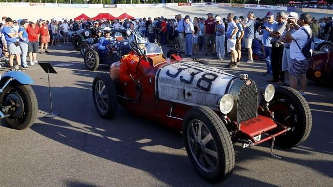 Mobil balap kuno lainnya, Bugatti 51 A 1936, bersama pebalapnya, Rolf Wyss, juga terlihat menunggu antrean sebelum memulai demonstrasi balap Oerlikon di sirkuit sepeda Offene Rennbahn di Zurich, Swiss, pada 23 Juli 2019. (REUTERS/Arnd Wiegmann).