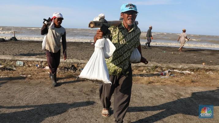 Akibat tercemarnya laut, sebagian nelayan memilih tidak melaut dan memilih sebagai buruh angkut pasir yang terkontaminasi minyak.