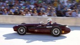 Mobil balap Maserati 250F 1956 dikemudikan George Kaufmann saat mengikuti demonstrasi balap Oerlikon di sirkuit sepeda Offene Rennbahn di Zurich, Swiss, pada 23 Juli 2019. (REUTERS/Arnd Wiegmann).