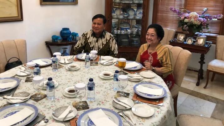 Kabar Partai Gerakan Indonesia Raya merapat ke koalisi pemerintahan Presiden Joko Widodo diikuti dengan sejumlah isu liar.